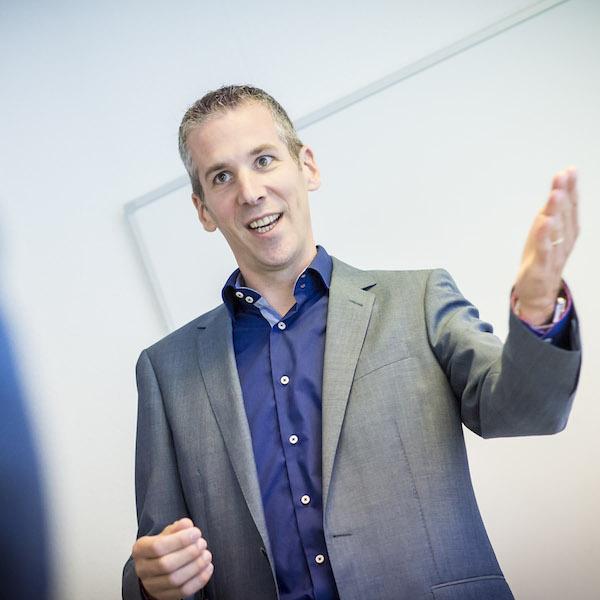 Presentatie-trainer Joeri Cox laat effect van duidelijk handgebaar zien