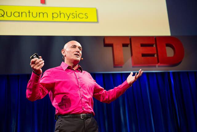 Spreker op TED conferentie draagt een headset