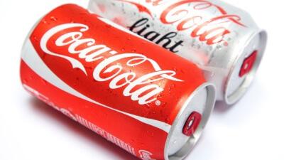 Voorbeeld van twee blikjes Coca Cola