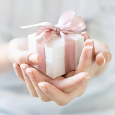 Handen geven een cadeau