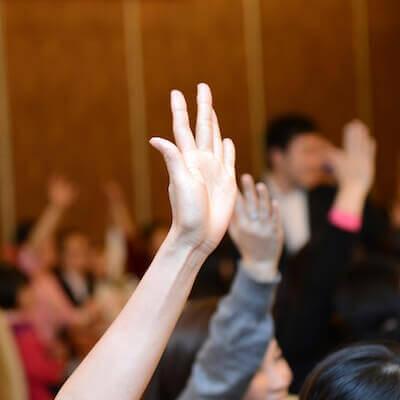 Mensen steken hun handen op
