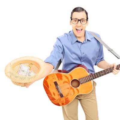 Muzikant gaat met de pet rond om geld op te halen