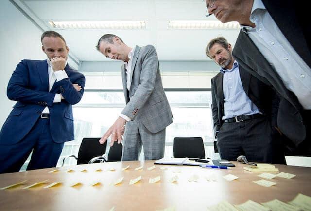 Joeri maakt een bedrijfspresentatie tijdens een workshop