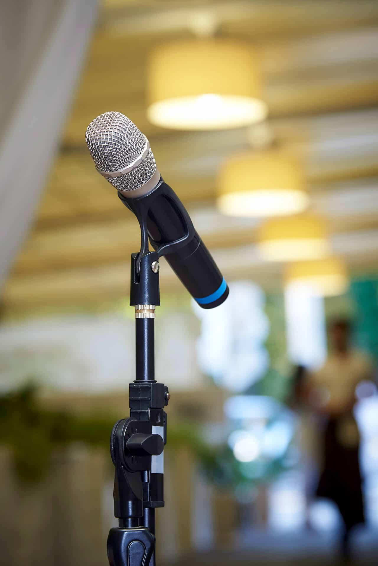 Microfoon staat klaar voor de presentatie van het jaarverslag