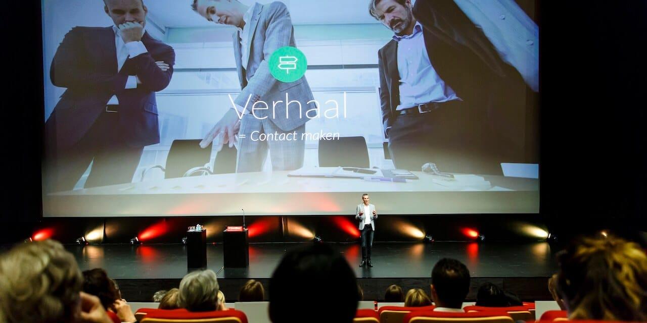 Joeri Cox inspireert het publiek tijdens een seminar over presenteren