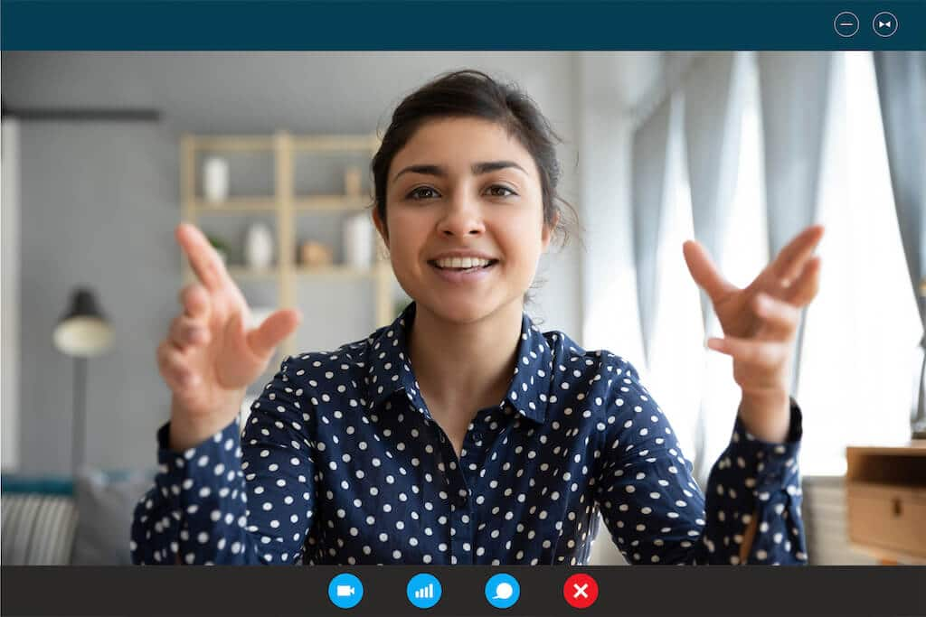 Vrouw geeft online presentatie tijdens online meeting