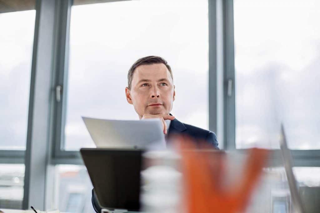 Man in beoordelingscommissie kijkt naar presentatie