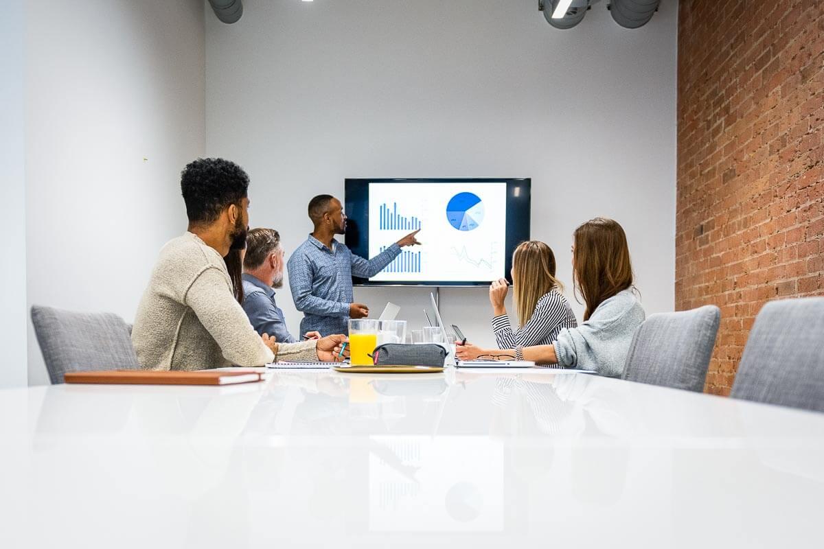 Presentatie van data tijdens een interne meeting