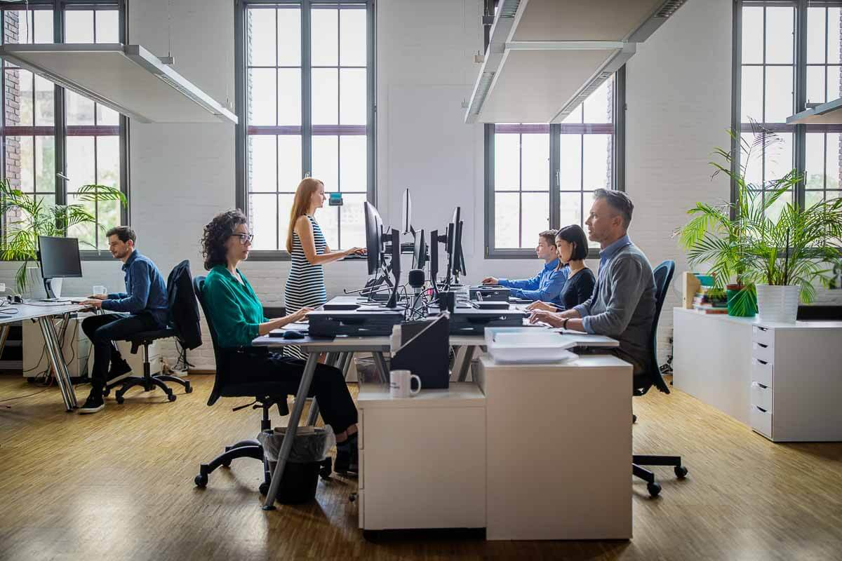 Bureaumedewerkers aan het werk achter hun computer
