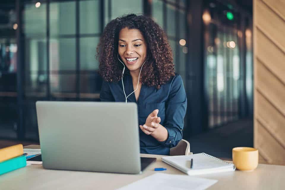 Vrouw heeft een video-call via haar laptop